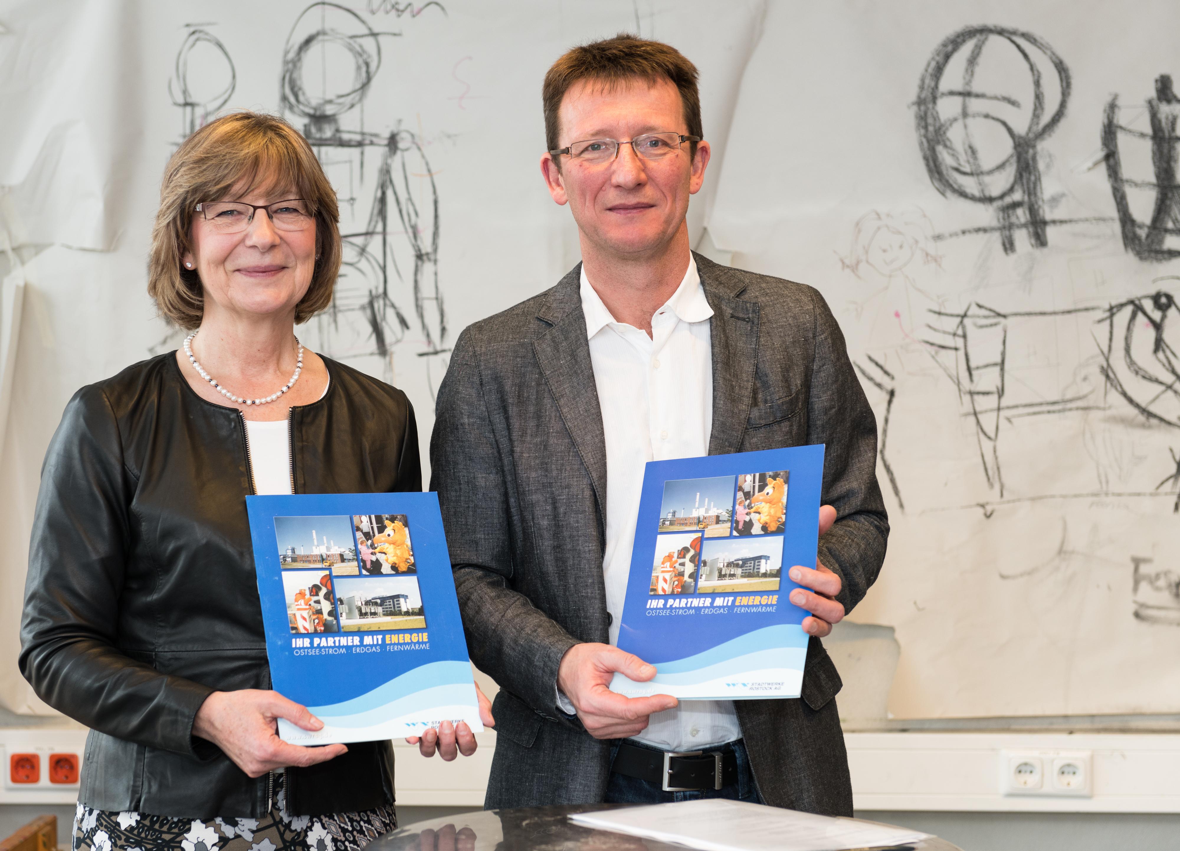 Vertragsverlängerung Stadtwerke Partnerschaft mit KARO gAG v.l.n.r. Ute Römer (Vorstand Stadtwerke Rostock AG) und Sven Ehrecke (Vorstand KARO gAG). Foto: Magrit Wild